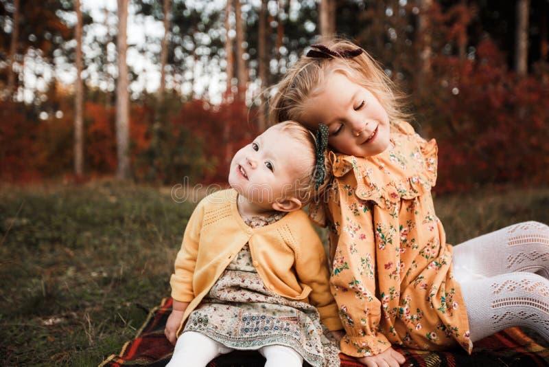 Młode dzieci chodzą w jesień lesie w retro sukniach obraz stock