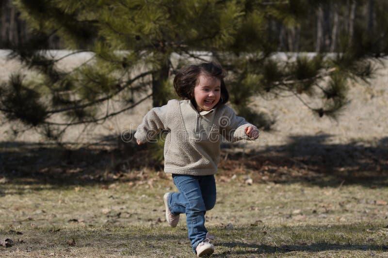 Młode dziecko bieg podczas wiosny zdjęcie stock