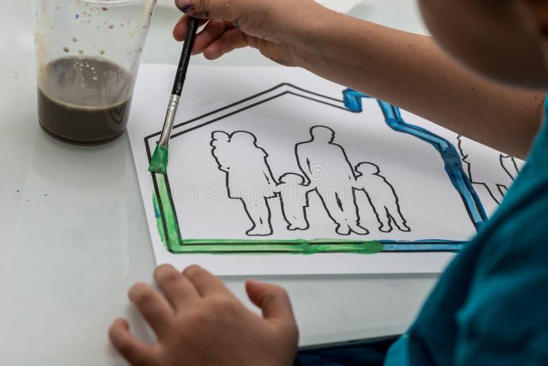 Młode dziecko koloryt w nakreśleniu obraz royalty free