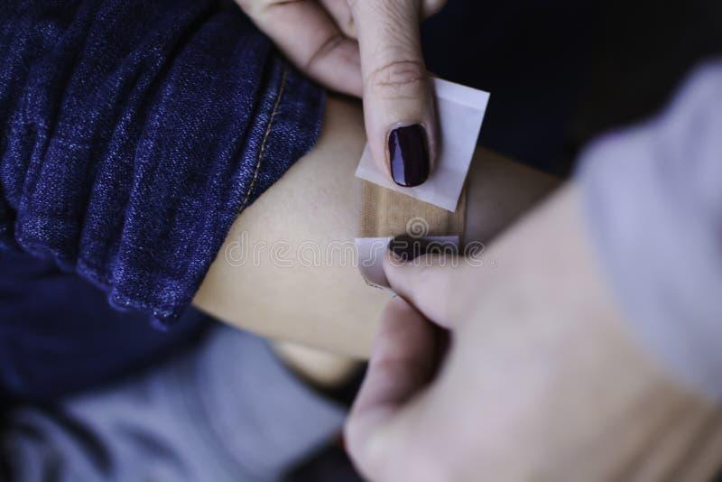 Młode dziecko ma bandaid tynku bandaż na nodze zdjęcia royalty free