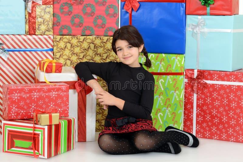 Młode dziecko opiera na boże narodzenie teraźniejszość obrazy royalty free