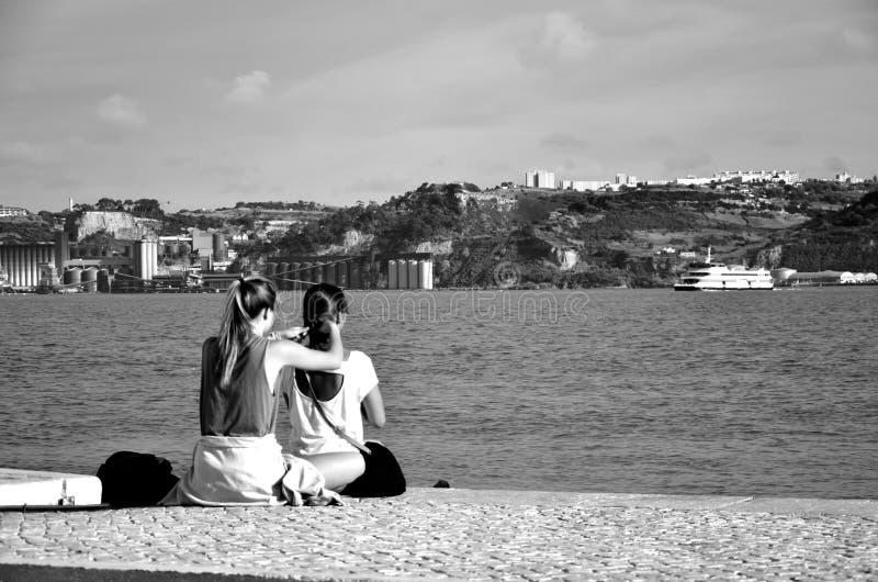 Młode dziewczyny na brzeg rzeki, Lisbon, Portugalia zdjęcie royalty free