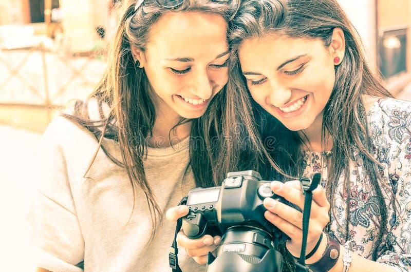 Młode dziewczyny ogląda fotografie w cyfrowej kamerze obraz stock