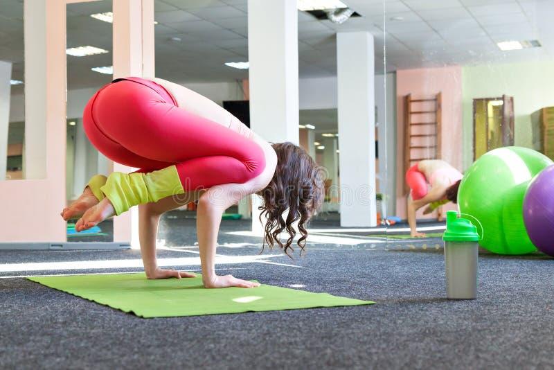 Młode dziewczyny robią joga obrazy stock