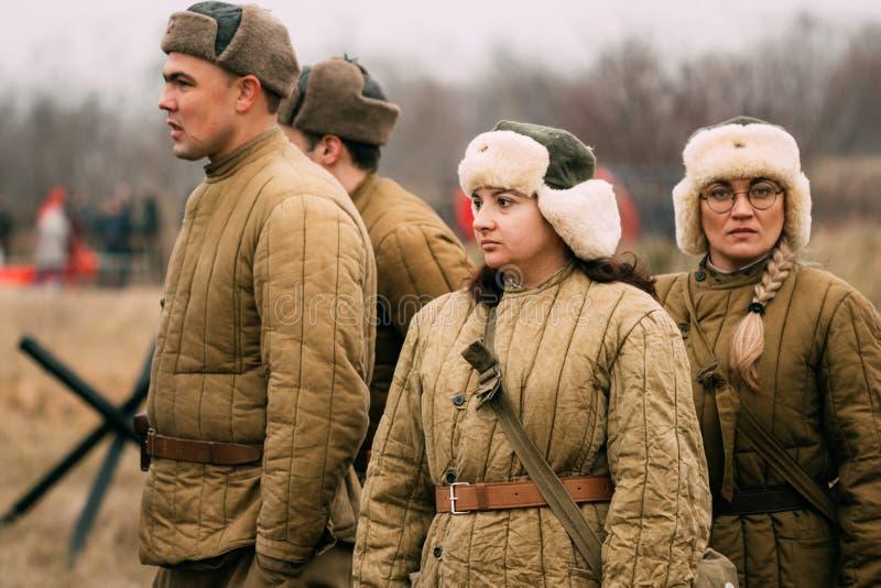 Młode dziewczyny w kategoriach Czerwony wojsko Odbudowa, Belaru fotografia stock