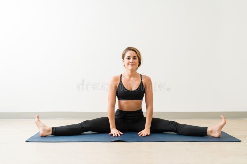 MÅ'ode, Elastyczne Brunetki SiedzÄ…ce AstriÄ™ W Yoga Studio obrazy stock