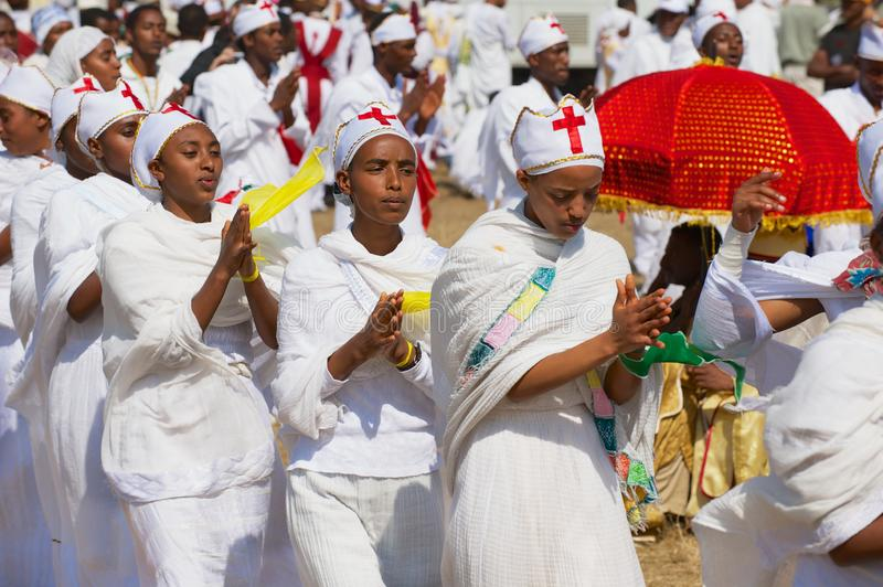 Młode Etiopskie damy świętuje Timkat religijnego Ortodoksalnego festiwal przy ulicą w Addis Ababa, Etiopia zdjęcie stock