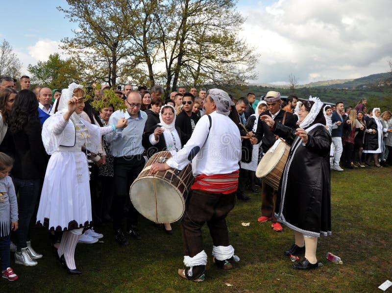 Młode Gorani dziewczyny w tradycyjnych kostiumach zdjęcia royalty free