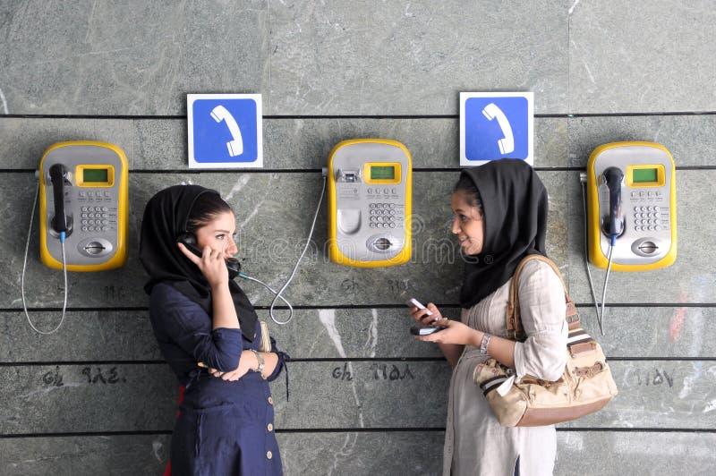 Młode Irańskie kobiety używa społeczeństwa i telefonów komórkowych obrazy royalty free