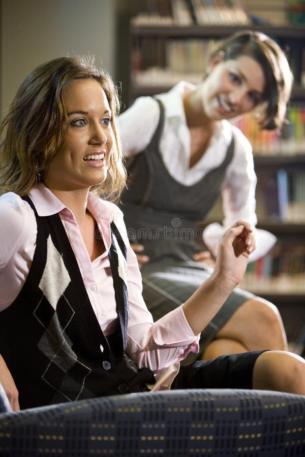 młode karło kobiety biblioteczne ładne siedzące zdjęcia stock
