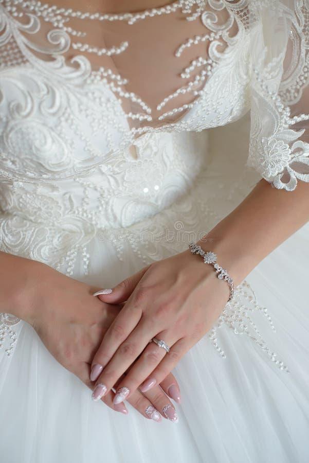 Młode Kaukaskie pann młodych ręki w ostrości, z nieskazitelnie manicure'em i widocznym zaręczynowym diamentowym pierścionkiem fotografia stock