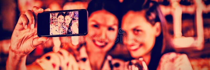 Młode kobiety bierze selfie od telefonu komórkowego podczas gdy mieć czerwone wino zdjęcie stock