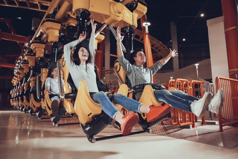 Młode kobiety i mężczyzna zabawę w parku obraz royalty free