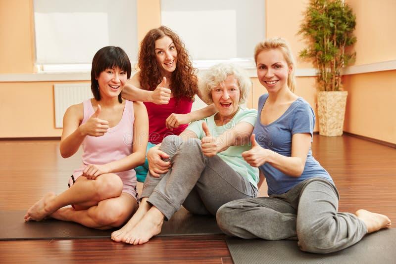 Młode kobiety i starsze kobiety mienia aprobaty zdjęcie royalty free