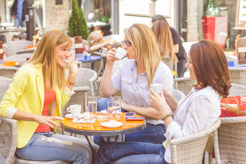 Młode Kobiety Kawową przerwę Wpólnie fotografia royalty free