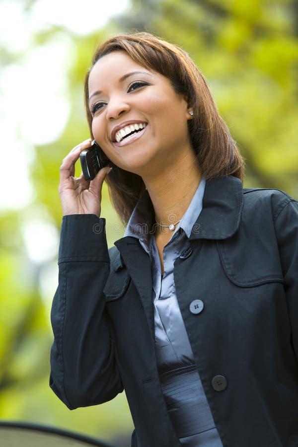 młode kobiety komórkę zdjęcie royalty free