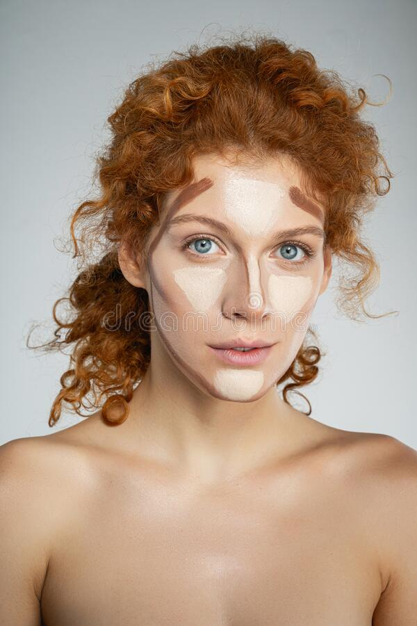 Młode kobiety, które kształtują twarz obrazy stock