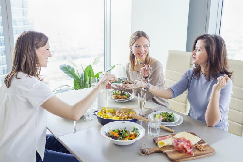 Młode kobiety ma gościa restauracji wpólnie zdjęcie stock