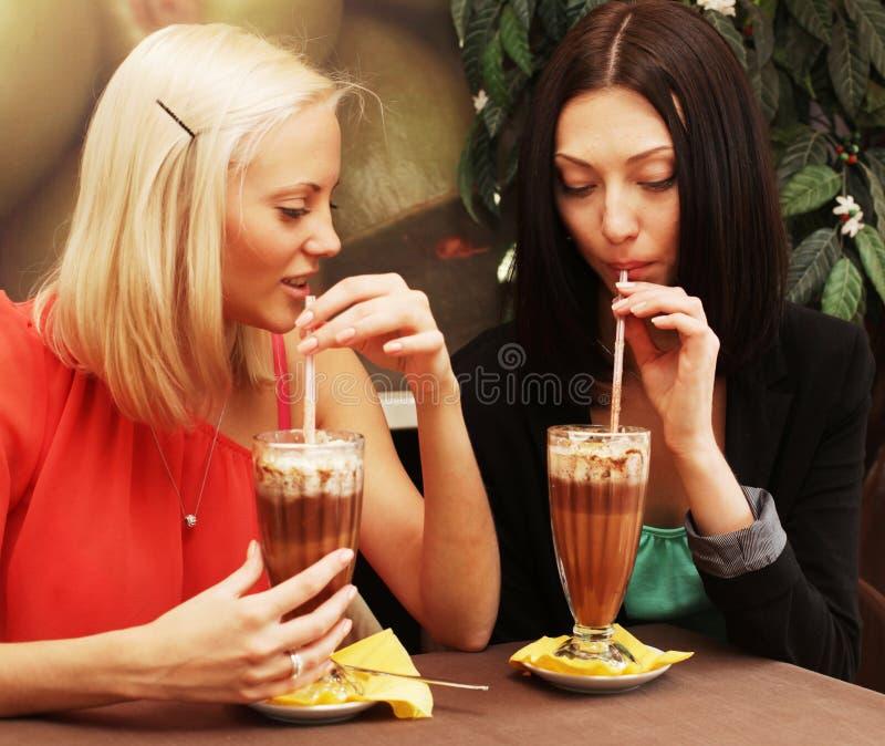 Młode kobiety ma kawową przerwę wpólnie obraz royalty free