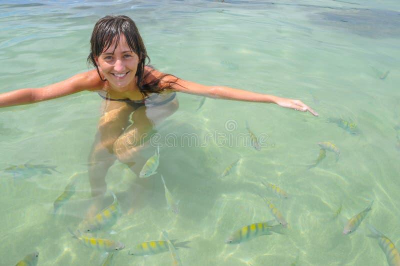Młode Kobiety pływa z tropikalną ryba Bahia, Boipeba Brazylia fotografia stock
