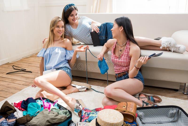 młode kobiety pakuje walizki dla wakacje dostaje przygotowywający wpólnie w domu fotografia stock