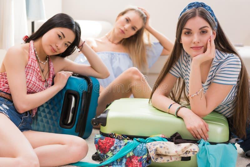 młode kobiety pakuje walizki dla wakacje pakuje wpólnie w domu obraz stock
