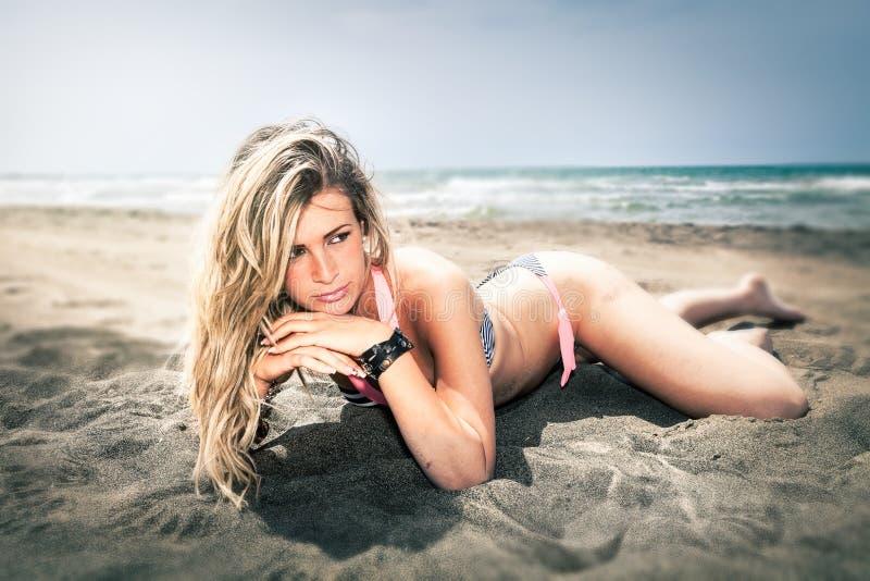 młode kobiety Piękna blondynki dziewczyna przy plażą zdjęcia stock