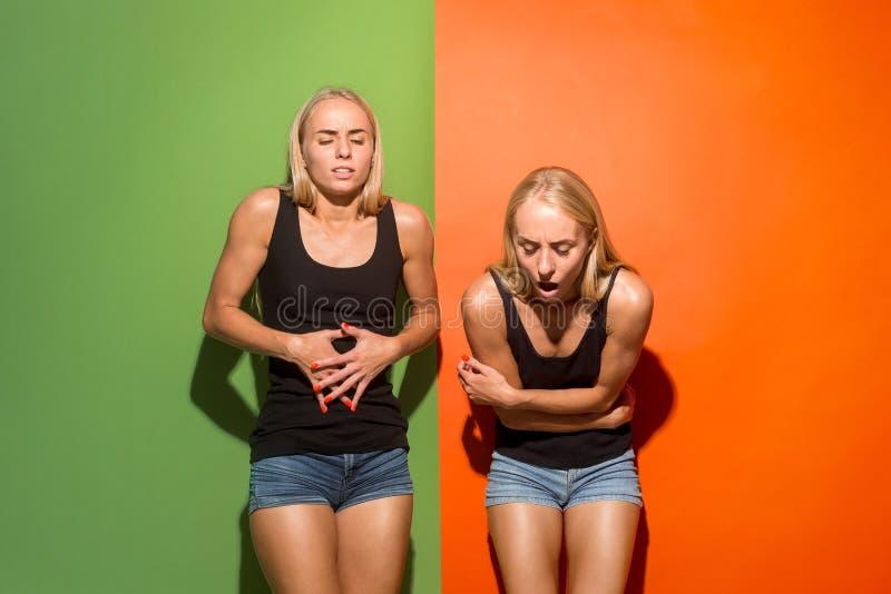 Młode kobiety przytłaczać z bólem w żołądku obraz stock
