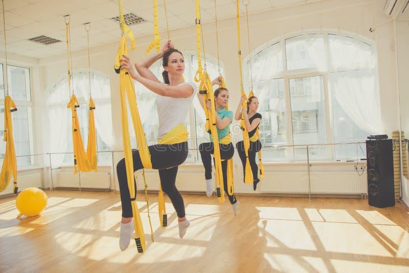 Młode kobiety robi komarnicy joga ćwiczeniom fotografia stock