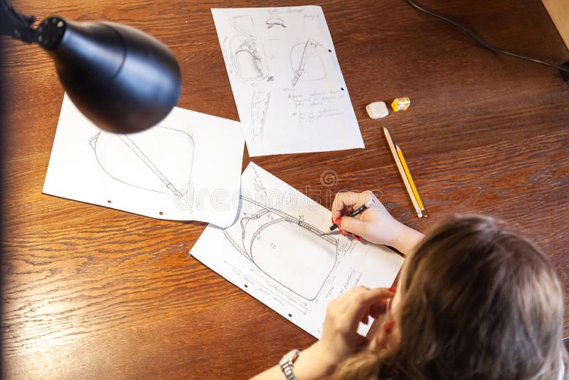 Młode kobiety rysuje nakreślenie Projekt plecak fotografia stock