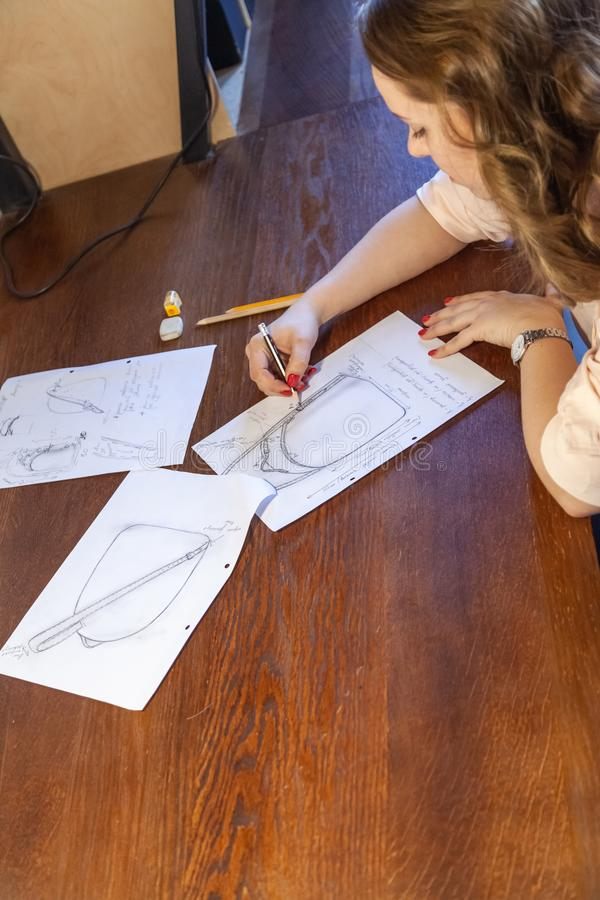 Młode kobiety rysuje nakreślenie Projekt plecak zdjęcie stock