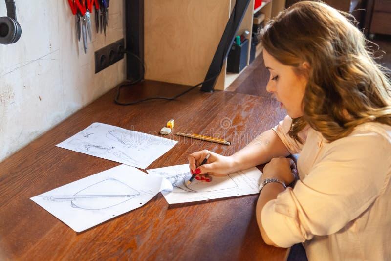 Młode kobiety rysuje nakreślenie Projekt plecak obrazy stock
