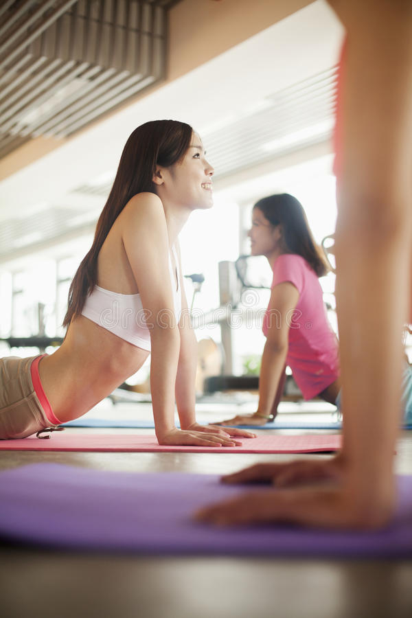 Młode kobiety siedzi na joga matach zdjęcie stock
