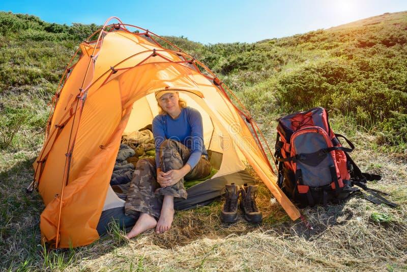 Młode kobiety siedzi w campingu w górach obrazy royalty free