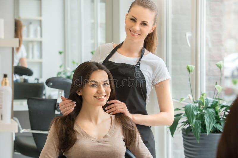 Młode kobiety siedzi w piękno włosianego salonu stylu obrazy stock