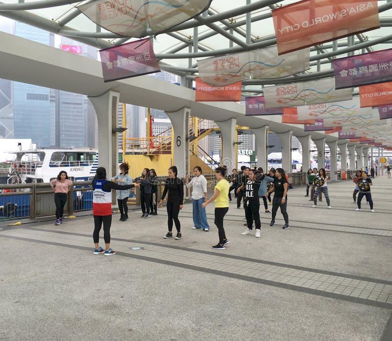Młode kobiety tanczy w Hong Kong obrazy stock