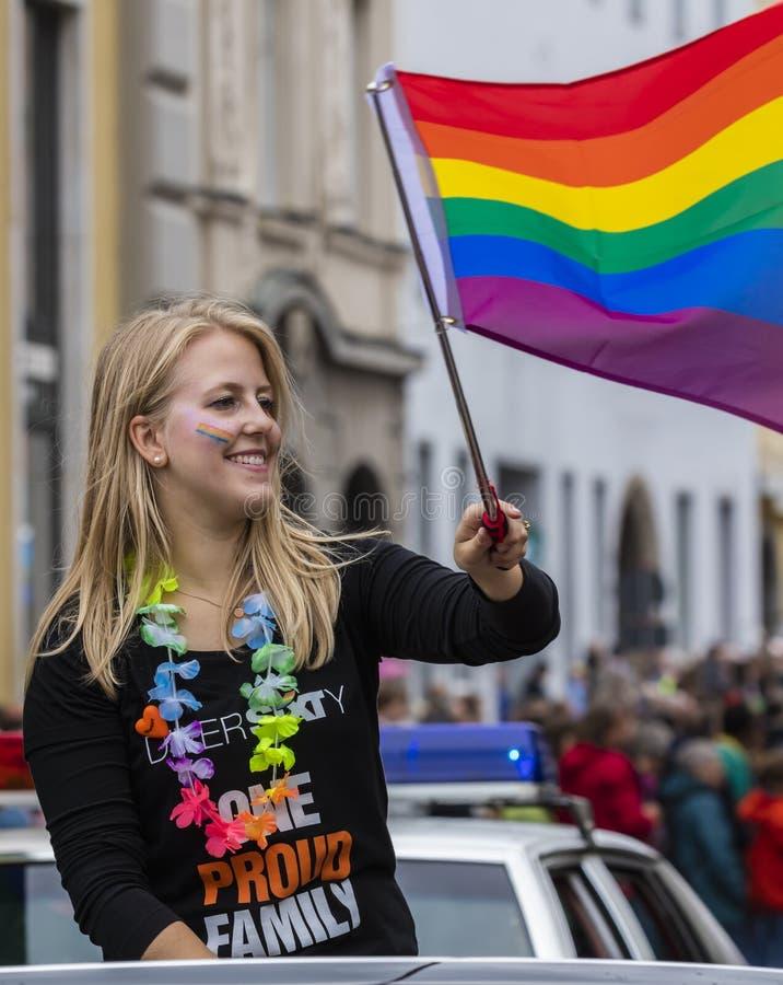 2019: Młode kobiety uczęszcza Gay Pride na samochodu i falowanie tęczy flagach paradują także znają jako Christopher Uliczny dzie zdjęcia stock