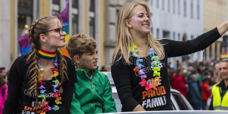 2019: Młode kobiety uczęszcza Gay Pride na samochodu i falowanie tęczy flagach paradują także znają jako Christopher Uliczny dzie zdjęcie stock