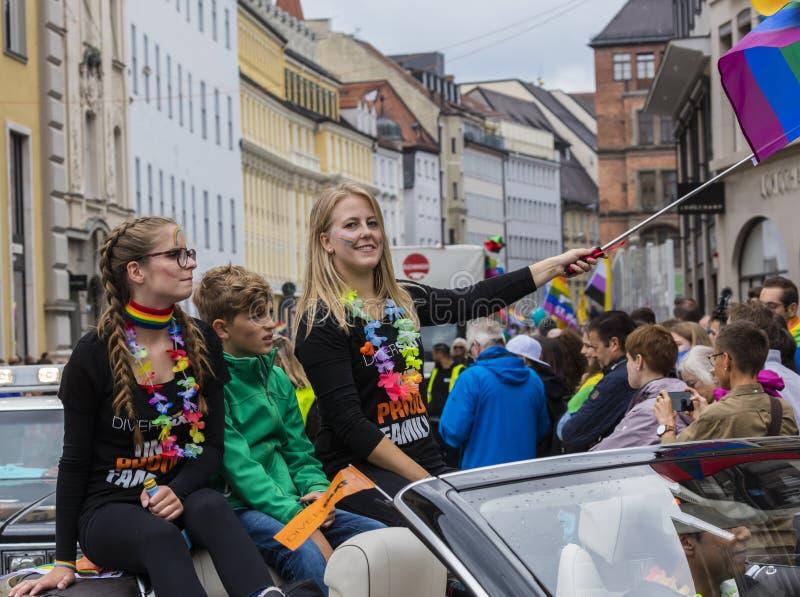 2019: Młode kobiety uczęszcza Gay Pride na samochodu i falowanie tęczy flagach paradują także znają jako Christopher Uliczny dzie obraz royalty free