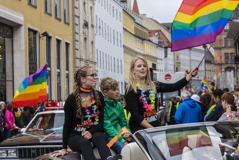 2019: Młode kobiety uczęszcza Gay Pride na samochodu i falowanie tęczy flagach paradują także znają jako Christopher Uliczny dzie obraz stock