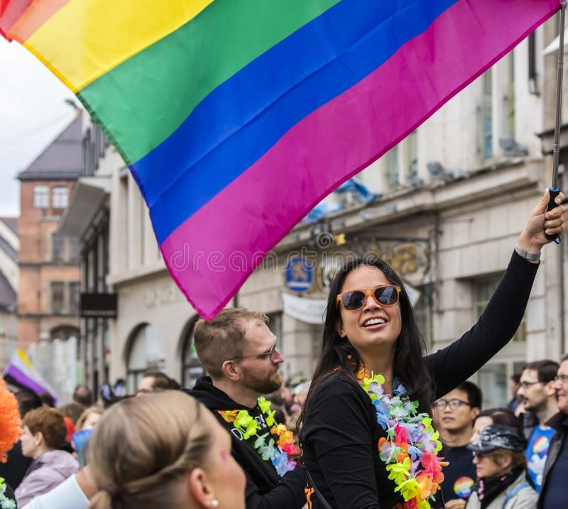 2019: Młode kobiety uczęszcza Gay Pride na samochodu i falowanie tęczy flagach paradują także znają jako Christopher Uliczny dzie obrazy stock