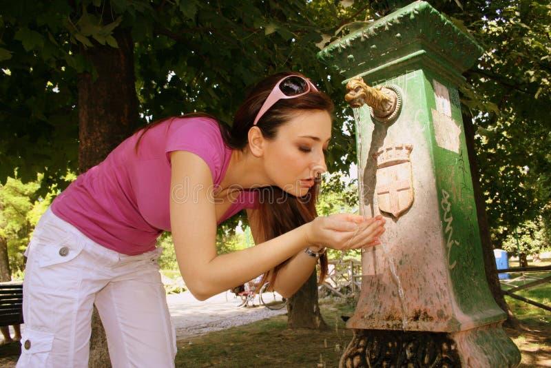 młode kobiety wody pitnej, obraz royalty free