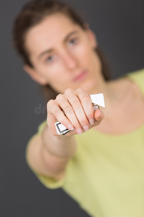 Młode kobiety z papierosem zdjęcie royalty free