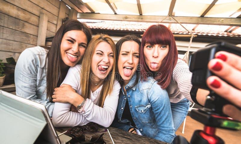 Młode millennial kobiety bierze selfie dla lać się platformę przez cyfrowy akcji sieci krzywka - Influencer marketingowy pojęcie zdjęcie stock