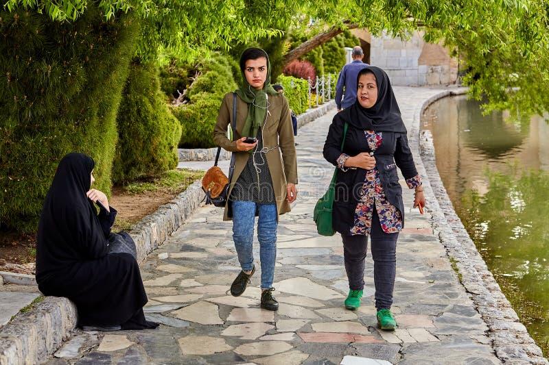 Młode Muzułmańskie kobiety w hijabs, chodzi w parkowej pobliskiej rzece zdjęcie royalty free