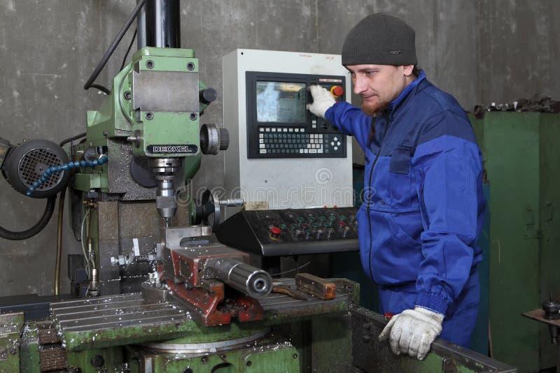 Młode operator kontrola operacja mielenie maszyna z CN obraz stock