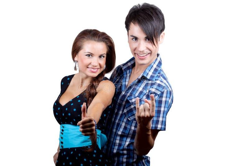 młode par aprobaty szczęśliwe pokazywać zdjęcie royalty free