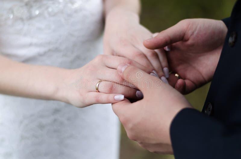 Młode pary małżeńskiej mienia ręki, ceremonia dzień ślubu zdjęcia royalty free