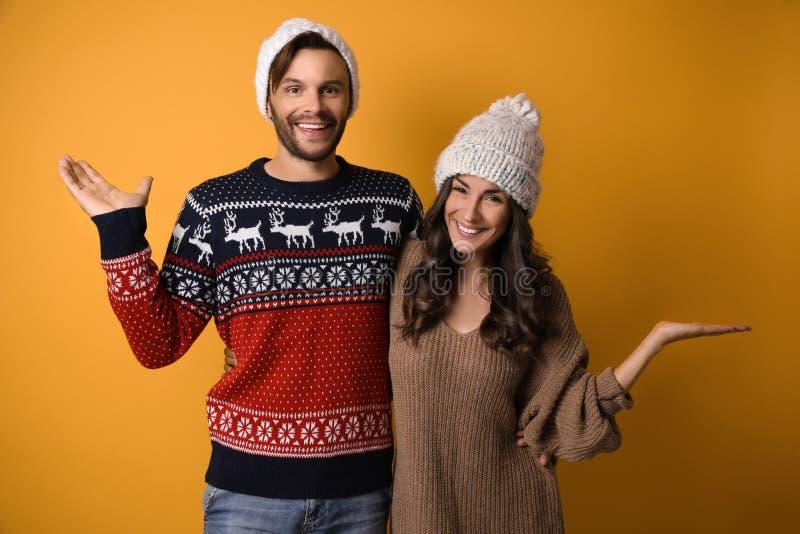MÅ'ode pary w swetrach Å›wiÄ…tecznych obraz royalty free