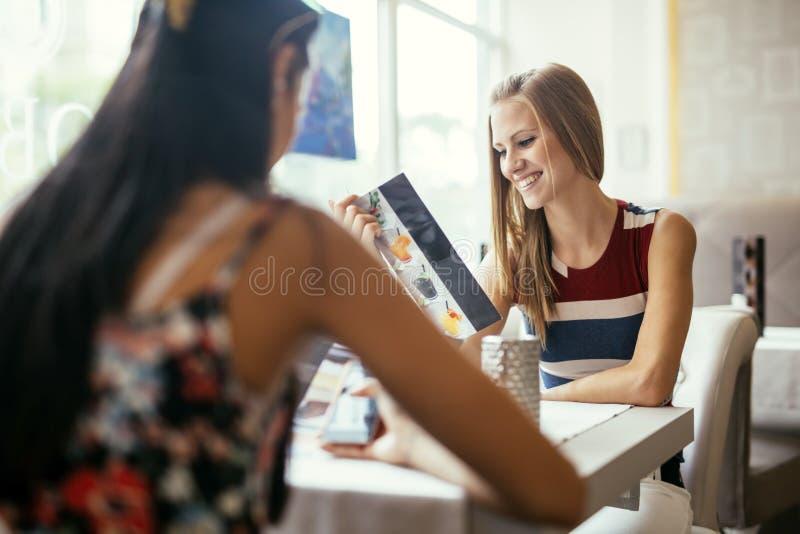 młode restauracyjne kobiety fotografia royalty free